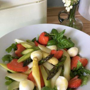 Salat mit gebratenem Spargel und Erdbeeren